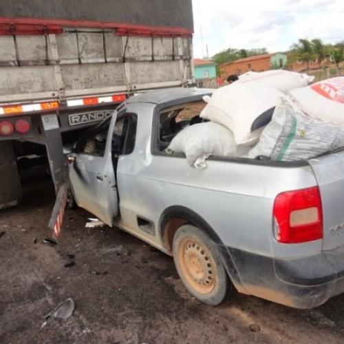 Colisão entre Saveiro e carreta deixa motorista gravemente ferido em BR