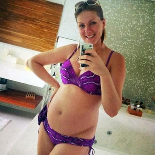 Ana Hickmann exibe barrigão em pose de biquíni