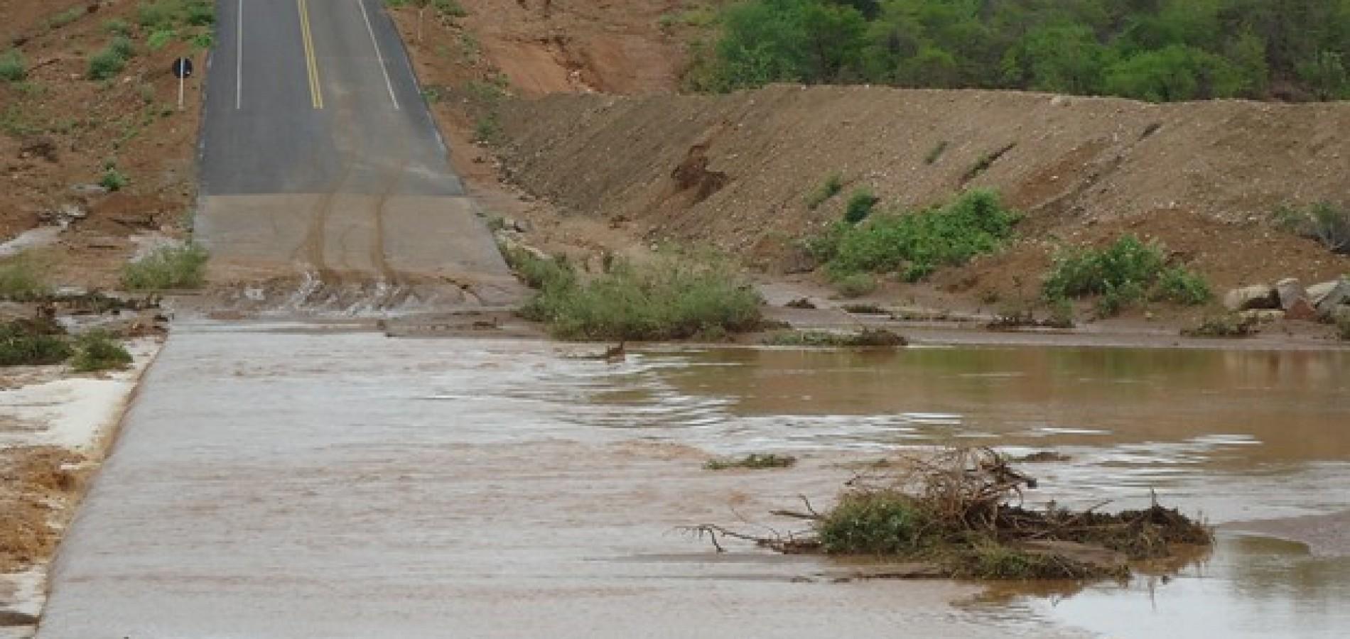 Cidade que decretou emergência pela seca fica isolada devido enchente