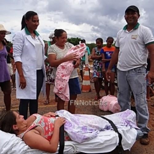 Sem estrada, pacientes de Betânia do Piauí são levados em macas por populares. Veja imagens!