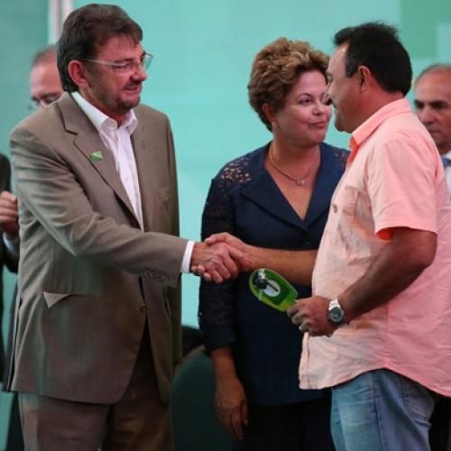 PATOS: Agenilson recebe pá carregadeira do governador Wilson e da presidente Dilma