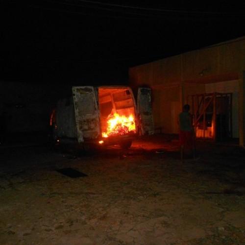 Ambulância pega fogo em hospital do PI e moradores suspeitam de crime