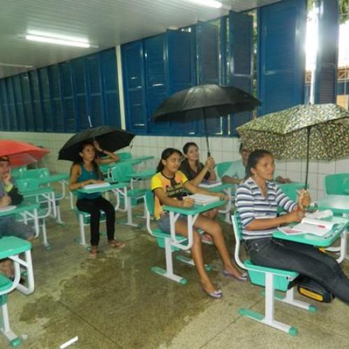 Alunos do Premem de Picos assistem aulas com guarda-chuva