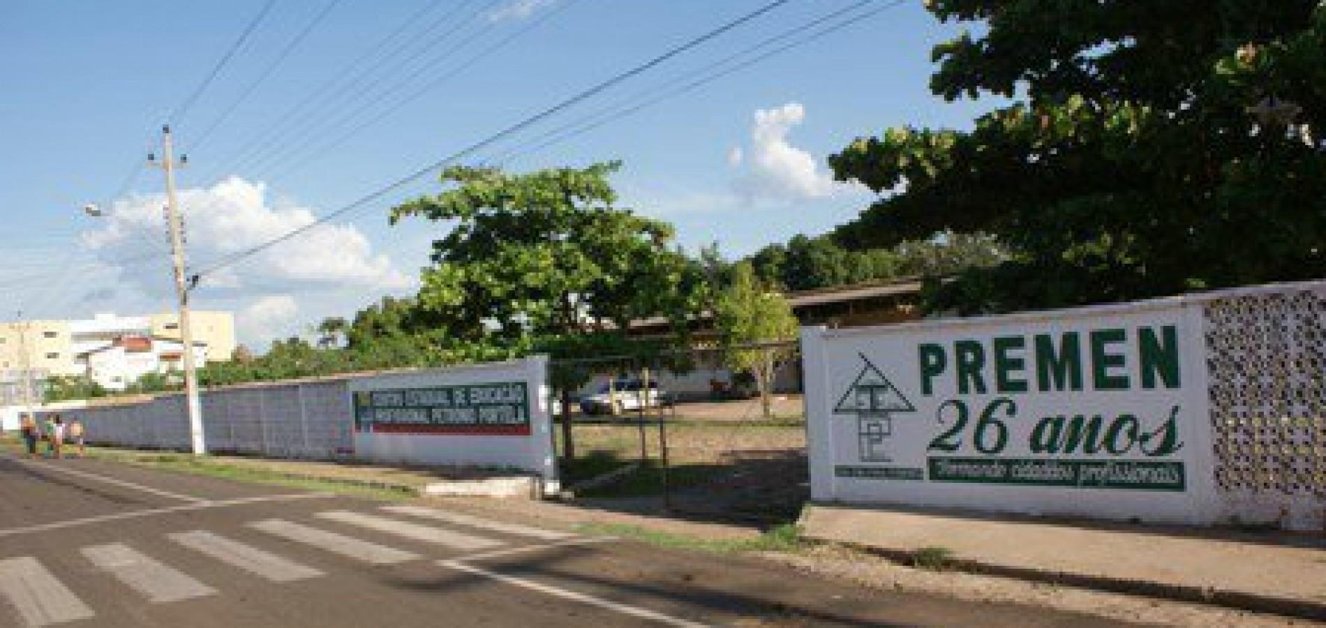Após reforma de R$ 2 milhões, alunos temem queda de teto de escola em Picos