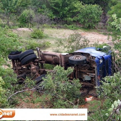 JAICÓS: Caminhão com problemas mecânicos tomba na BR 407. Veja imagens!