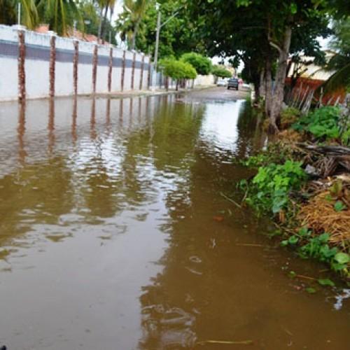 Aumento do volume das águas faz açude transbordar e inunda ruas no Piauí