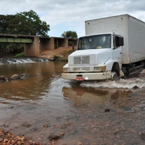 Isaías Coelho: Com ponte interditada, motoristas fazem travessia por dentro de rio