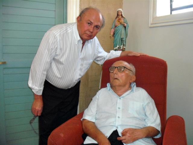 Vicente com o tio David, na missa de 89 anos
