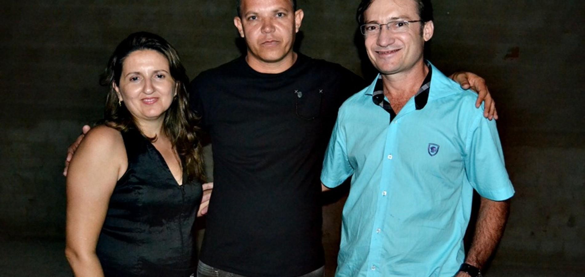 Médico cubano comemora aniversário com amigos em Massapê do Piauí