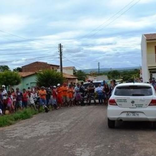 PICOS: Populares lotam rua para acompanhar reconstituição da morte do menino Isaac