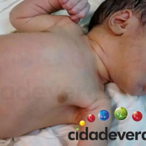 PICOS: Bebê abandonado em sacola recebe mais de 200 pedidos de adoção