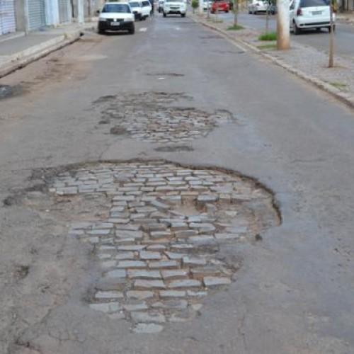 Buracos tomam conta da principal avenida da cidade de Picos e moradores protestam