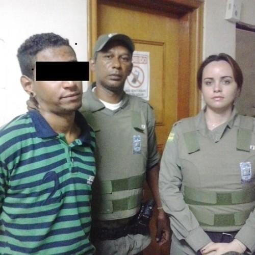 Homem é preso por esfaquear mãe enquanto ela dormia no Piauí