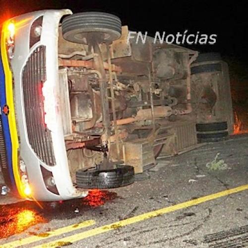 Micro-ônibus sobra em curva e vira na PI 459, em Paulistana; fotos