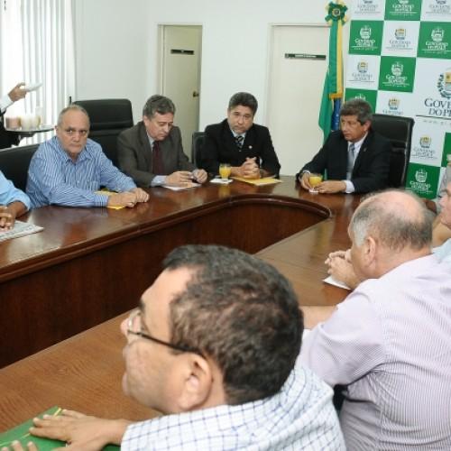 Prefeitos se reúnem com governador para pedir continuidade de obras