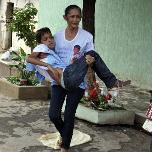 Comoção e protesto marcaram a reconstituição da morte de Isaac, em Picos; veja fotos