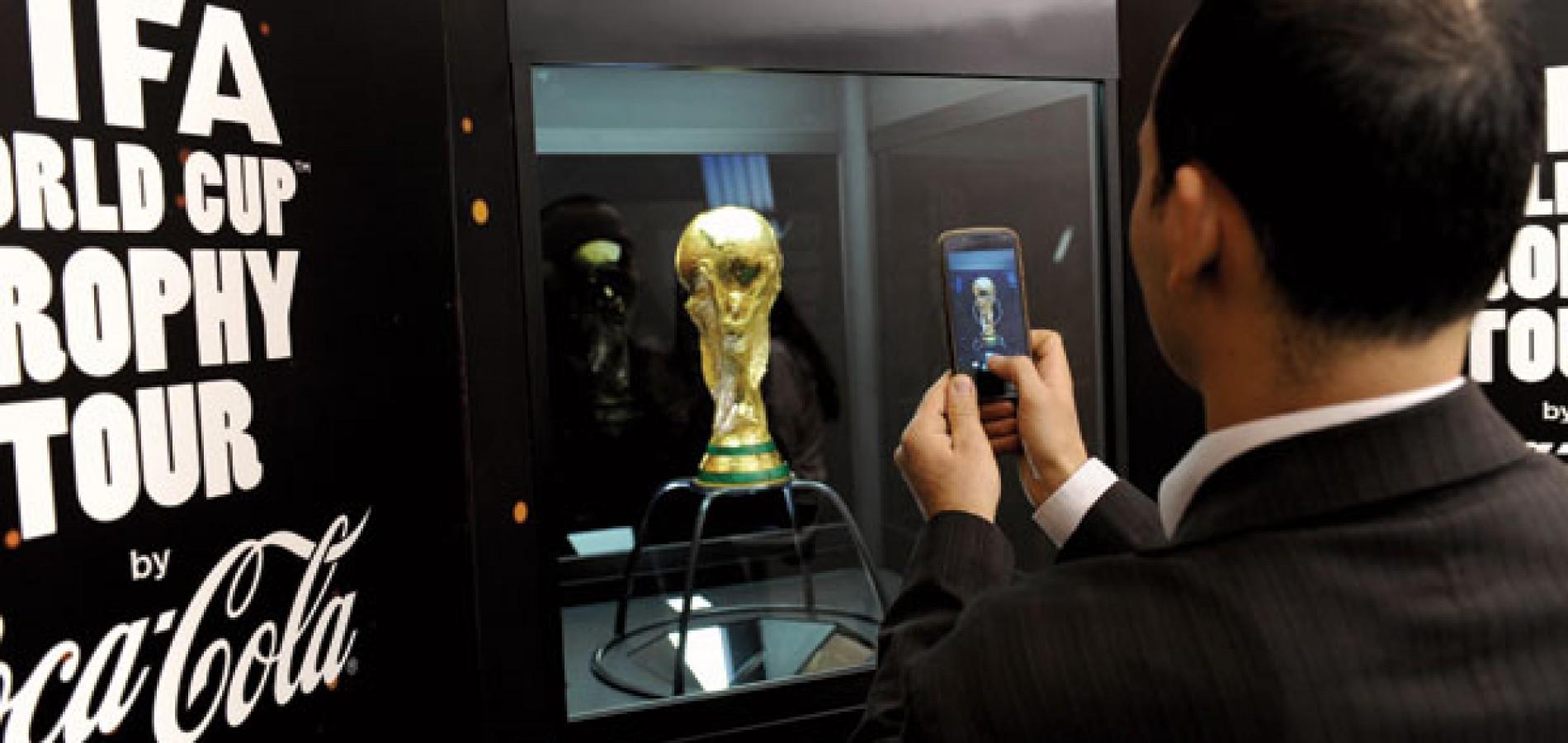 Taça da Copa chega ao Brasil e inicia viagem por todas as capitais brasileiras