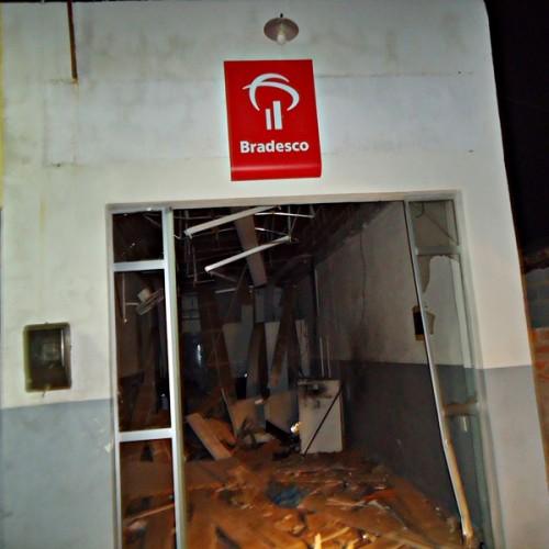 Bandidos explodem mais uma agência do Bradesco na região de Paulistana; veja fotos