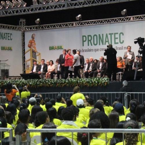 Dilma promete Eletrobras forte e investimento em porto no Piauí