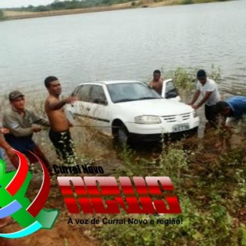 CURRAL NOVO: Motorista perde o controle e carro cai dentro de barragem; veja fotos