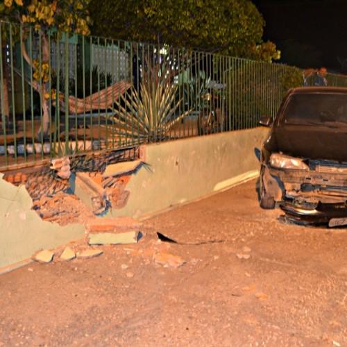 Motorista perde o controle de carro e destrói parede de Hospital em Jaicós; fotos