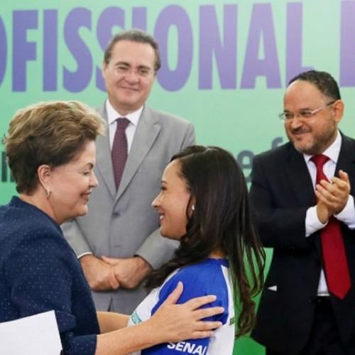 Piauiense recebe diploma das mãos da presidente Dilma Rousseff