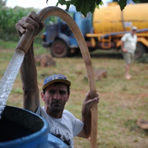 Sertanejos pagam carro-pipa e  racionam água no semiárido do Piauí