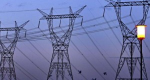 Vândalos rompem a pedradas linha da Eletrobras e deixam cidades sem luz