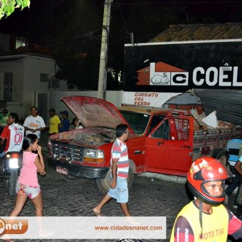 JAICÓS | Caminhão desgovernado destrói loja de material de construção; fotos