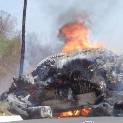 Carga de algodão pega fogo em cima de caminhão em Floriano