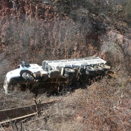 Carreta caçamba perde força e tomba na PI-142, que liga Simões a Marcolândia; motorista pulou