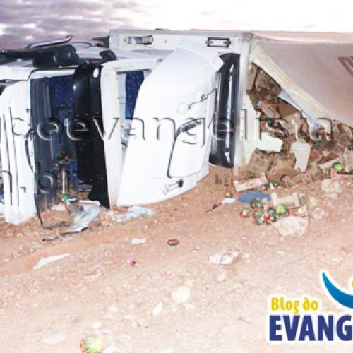 Scania carregada de melões tomba e deixa motorista ferido em Queimada Nova
