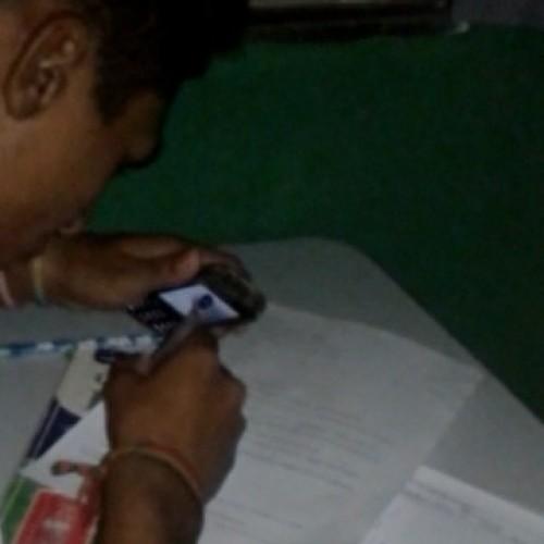 Sem energia, alunos fazem provas usando luzes de celular no PI