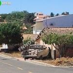 Carro invade e destrói frente de residência em Paulistana