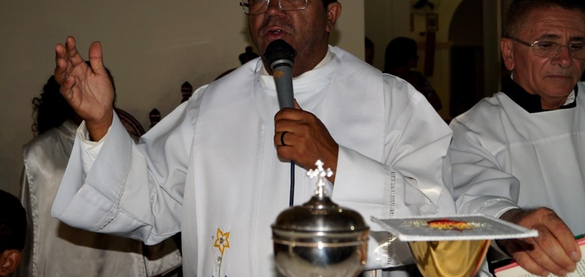 Padre Antônio Cristo  celebra na sexta noite dos festejos de Jaicós; veja fotos