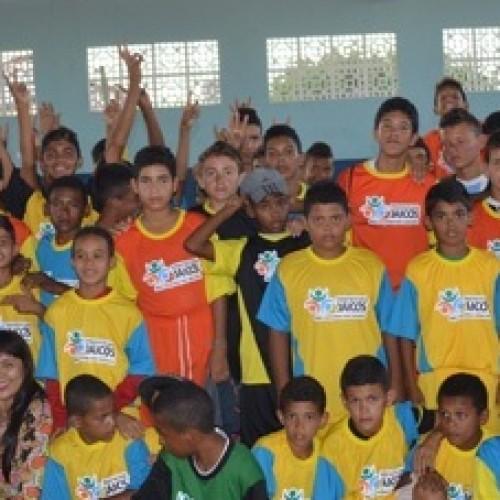 JAICÓS | Prefeita Waldelina entrega equipes para a Escolinha de Futebol