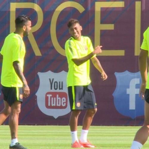 Neymar se mostra inspirado em treino do Barcelona e é ovacionado pelos colegas
