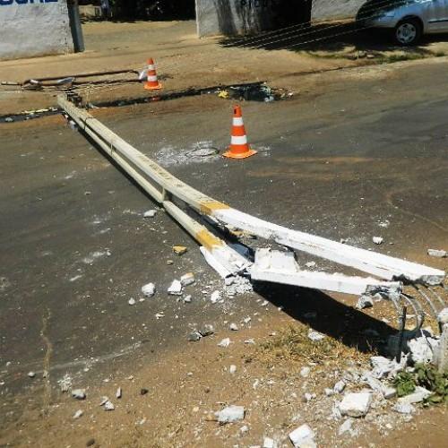 Motoqueiro colide contra poste no Bairro Junco em Picos