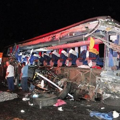 TRAGÉDIA | 11 estudantes morrem em acidente com ônibus e caminhão; veja fotos
