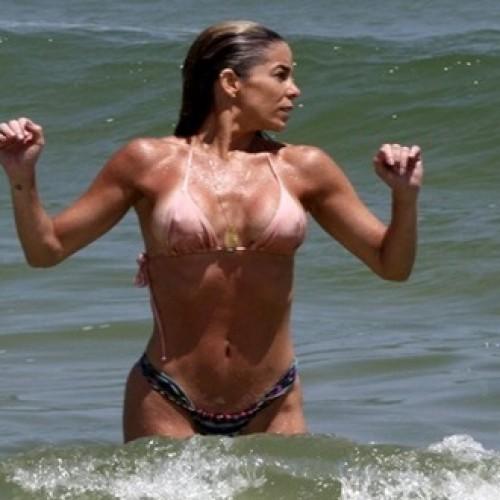 Danielle Winits curte dia de praia com amiga e quase mostra demais; veja fotos