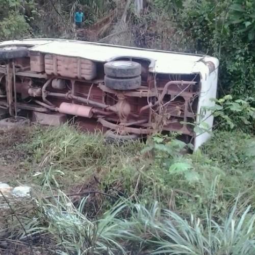 Microônibus capota no interior do PI e 13 passageiros ficam feridos