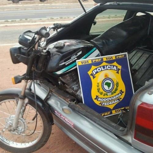 PICOS | PRF encontra moto roubada em bagageiro de carro