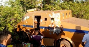 Assaltantes usam carreta e fuzis para roubar carro-forte no Sul do Piauí