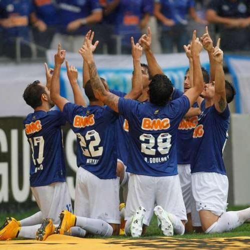 Debaixo de chuva, Cruzeiro bate Goiás e Tetracampeão Brasileiro