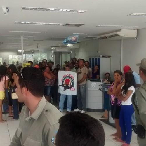 Famílias ocupam banco no Piauí e pedem liberação de recurso para moradia