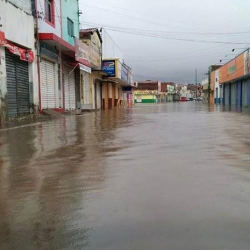 Fortes chuvas alaga ruas e causa prejuízos em São Raimundo Nonato