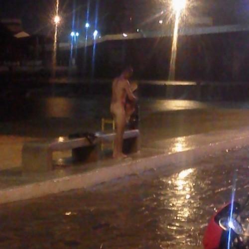 Homem nu é fotografado tomando banho em praça no Piauí; veja fotos