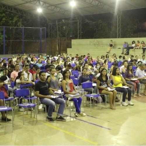 Cerca de 200 estudantes viram a noite em revisão para o Enem no Piauí