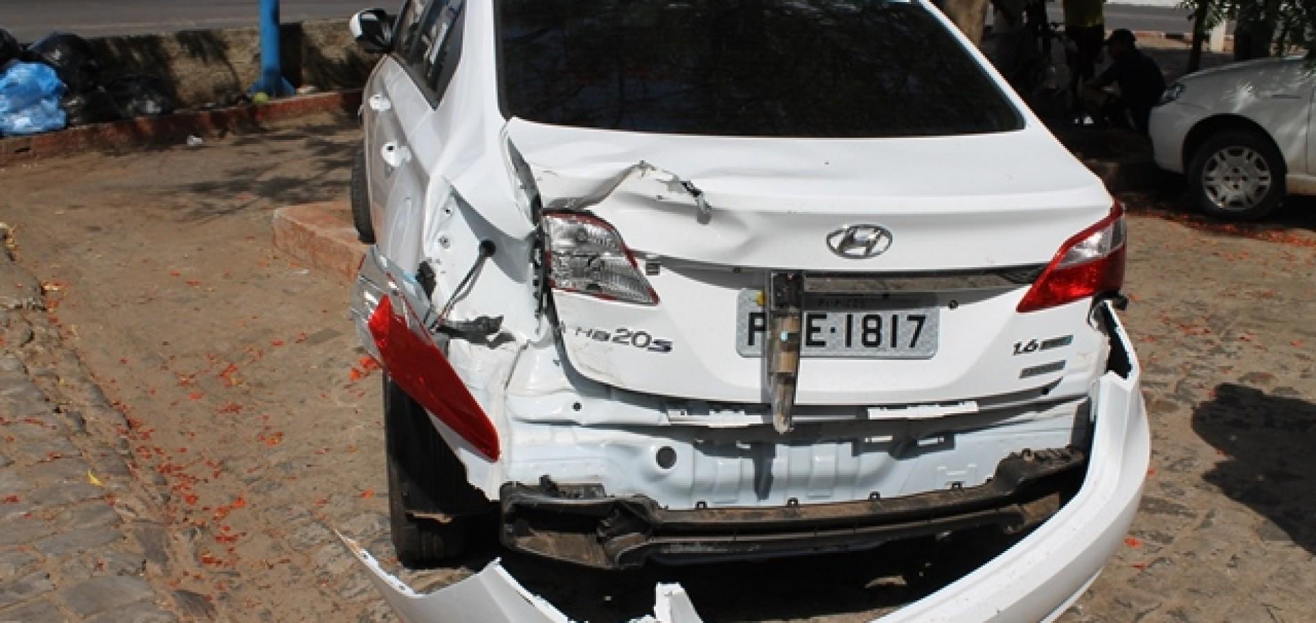 PICOS | Carro forte destrói traseira de carro em estacionamento; veja fotos