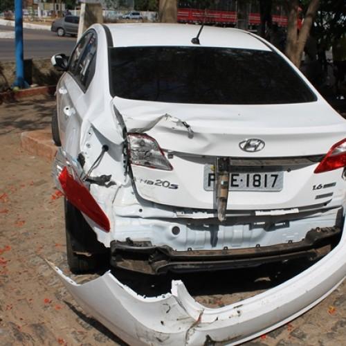 PICOS   Carro forte destrói traseira de carro em estacionamento; veja fotos
